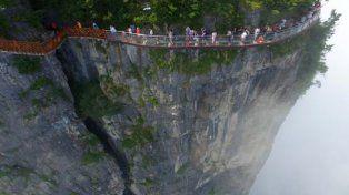 China habilita escalofriante pasarela construida en vidrio