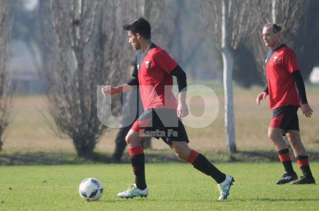 Iván Torres lleva el balón con su pierna más hábil (izquierda) en el partido ante Libertad de Sunchales. Foto: M. Testi