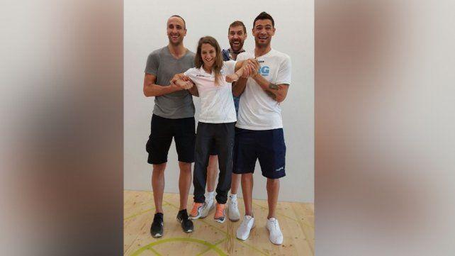 Todos con la Peque: Los tres jugadores de la selección de básquet posaron con la yudoca argentina.