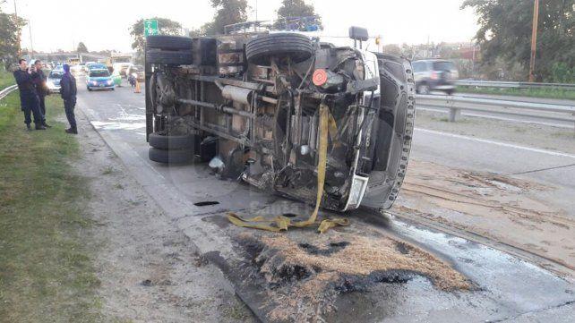 Camión perdió una rueda y terminó volcado sobre el ingreso a la ciudad
