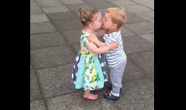 La divertida reacción de dos niños tras darse su primer beso