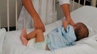 El ángel de la guarda: un guardia le salvó la vida a una beba que se estaba ahogando