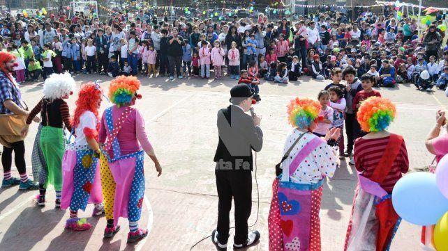 Felices. Los chicos disfrutaron de la actuación de La Gordini y el clown Gustavo Tuti Núñez.