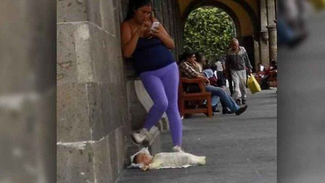Deja a su bebé en el piso para poder chatear