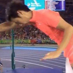 insolita eliminacion en salto con garrocha de un japones