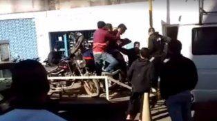 La imagen. El momento en que los sujetos golpean al personal municipal y retiran las motos secuestradas.
