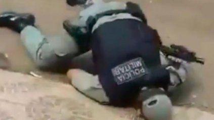 Le quitó el arma a un policía durante una requisa y lo mató