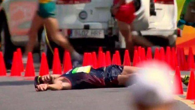 No aguantó, se hizo popó, se desmayó pero... ¡siguió y terminó la carrera!