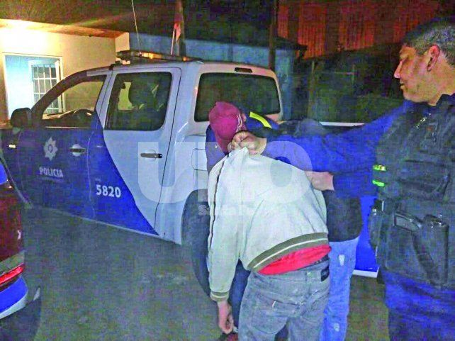Apresado. Uno de los dos detenidos en el momento en el que es ingresado a la Comisaría 9ª de Santa Fe.