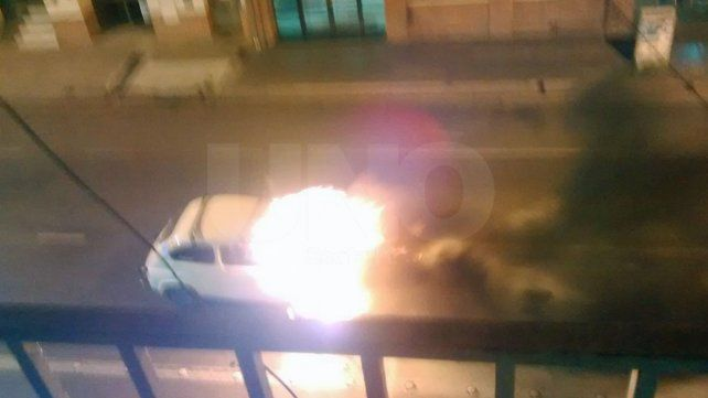 Se incendió un auto en pleno microcentro santafesino