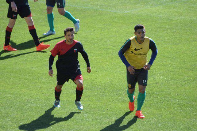 Lucas Ceballos sigue de cerca a Teófilo Gutiérrez en el amistoso que se jugó ayer en Arroyo Seco.