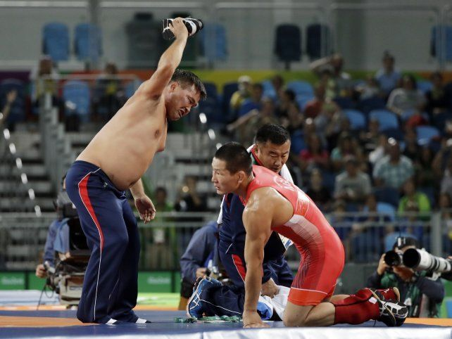 Festejó antes de tiempo, se quedó sin la medalla y sus entrenadores terminaron desnudos