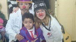 Tiene siete años, pelea contra la leucemia y se disfraza para alegrar a otros chicos