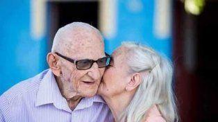 Una pareja de ancianos celebró su 65 aniversario con la sesión de fotos más romántica de Facebook