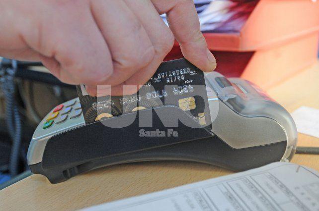Todo con tarjeta. Aseguran que muchos comercios no registraron el ingreso de dinero en efectivo.