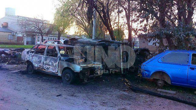 Incendiaron otros tres automóviles y hubo pérdidas totales