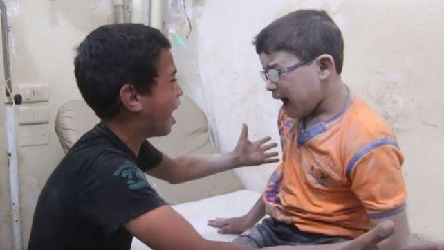 Niños sirios lloran la muerte de su hermano y conmueven al mundo