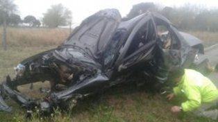 Así quedó el auto luego de sufrir el vuelco y en el cual fallecieron dos jóvenes.