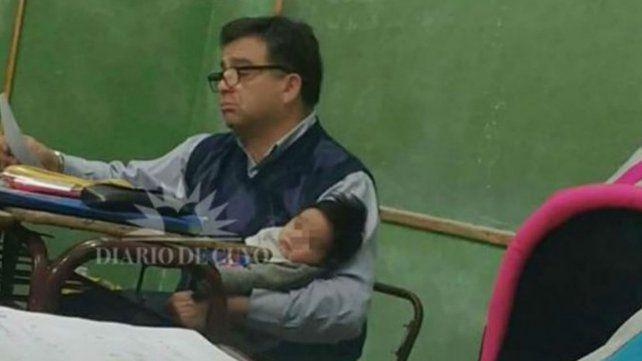Un profesor cargó en brazos al hijo de una alumna para que pueda estudiar