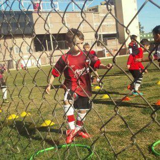 Primeros pasos. Detrás del alambrado, su mamá es parte de la emoción de practicar fútbol en Colón.