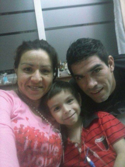 La familia. María José y Luis junto a Uriel. Los Cheyle-Tochi se completan con Ulises de 11 años y Benjamín de casi tres años.