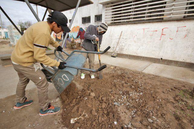Escuelas de Trabajo: jóvenes realizan mejoras en la Escuela Nº 265 Yapeyú