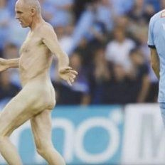 Insólito: ex jugador interrumpió un partido desnudo e hizo posturas de yoga