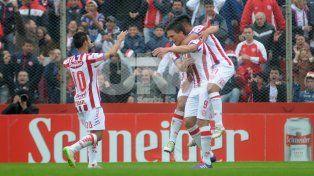 El goleador recibió el reconocimiento de sus compañeros en el festejo de su primer gol con la casaca del Tatengue.