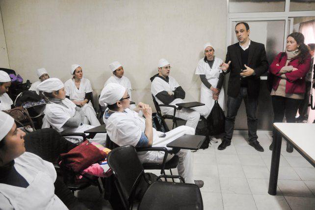 Escuelas de Trabajo: jóvenes santafesinos aprenden el oficio de pizzeros y pasteleros