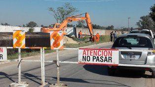 En marcha. La calle Estado de Israel ya está cortada y las máquinas están en plena labor sobre el zanjón.