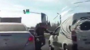 Un conductor se bajó del auto en plena ruta y se peleó con otro