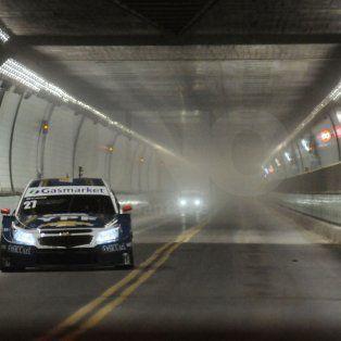 los autos del super tc2000 aceleraron en el interior del tunel