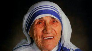 ¿Será verdad? Dice que una foto de la Madre Teresa le curó el cáncer  Monica Besra, la mujer del presunto milagro