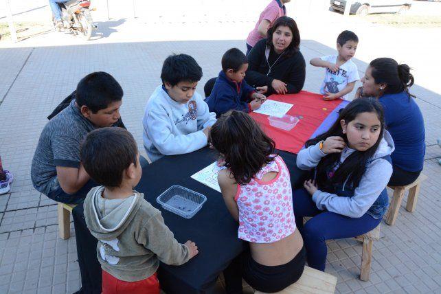 Grandes y chicos. Prepararon cada una de las propuestas que se dispusieron dentro de las escuelas y en la calle que las une.