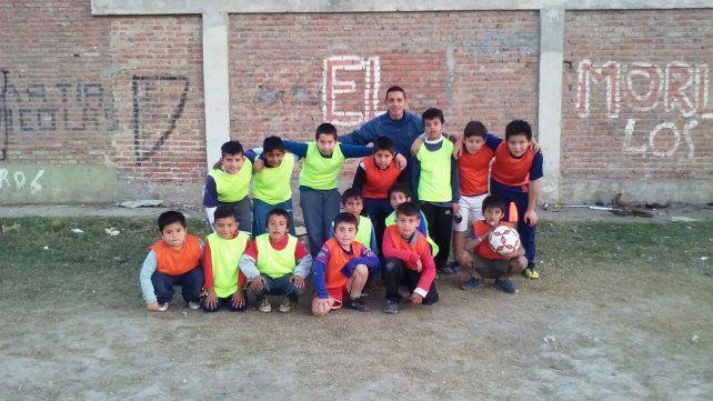 Tras recuperarse de cáncer, abrió una escuela de fútbol para chicos