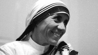 Las milagrosas sanaciones de un brasileño y una india que convirtieron en santa a Madre Teresa