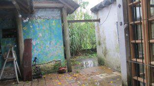 Interior. El agua dañó la estructura de la vivienda donde funciona la biblioteca que necesita reparación inmediata.