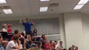 Un estudiante universitario embocó una bola increíble, lanzada a un cesto de basura