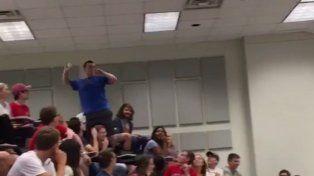 Un estudiante encestó una bola imposible y consiguió una A para toda la clase