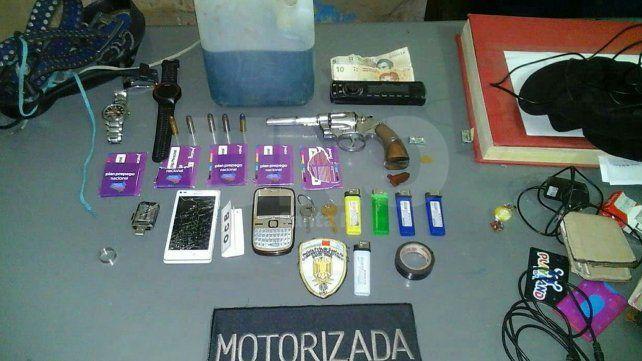 Dos delincuentes fueron detenidos con un arma de guerra, bidones de nafta y abultados cheques