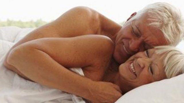 Tener mucho sexo pone en riesgo la salud de los hombres mayores pero beneficia a las mujeres