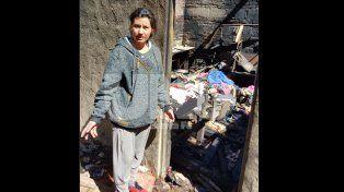 B° San Lorenzo: delincuentes quemaron la casa de una mujer en la que vivía con sus cinco hijos
