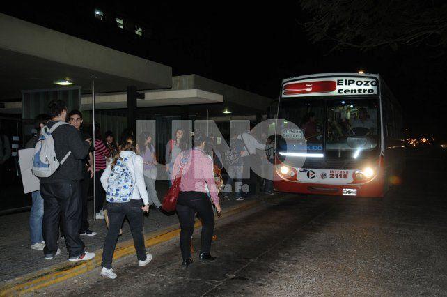 Con pasajeros. Fue este miércoles a la medianoche en Bº Sargento Cabral.