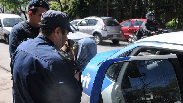 Apresaron a mujer policía que le prestó su arma y el chaleco a su novio delincuente