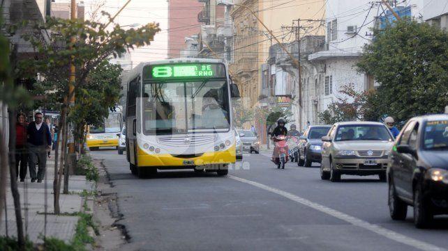 Comienzan las tareas de bacheo en el carril exclusivo de calle Rivadavia