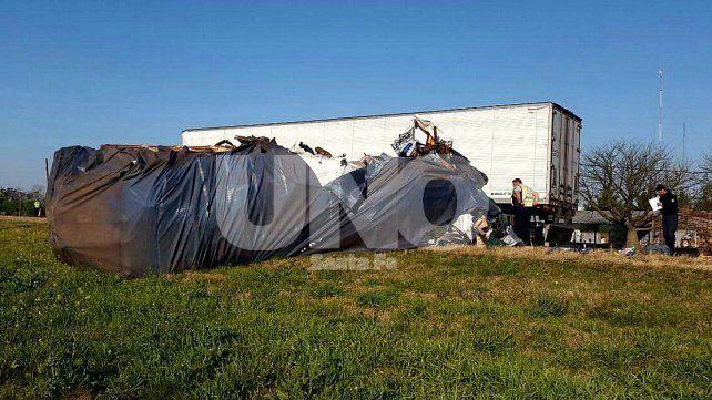 Violento impacto. Uno de los camiones volcó a la vera de la ruta luego del encontronazo.