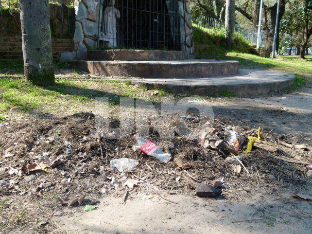Ejemplos. Los vecinos aseguran que los desechos se acumulan en las esquinas y bajo los árboles.