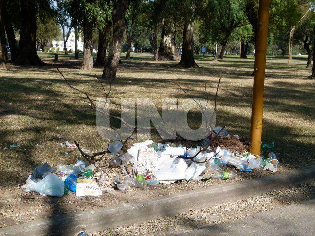 Por todos lados. Basura y ramas se acumulan en distintos sectores. También piden que los vecinos tomen consciencia y no arrojen desperdicios en el espacio verde que es de todos.
