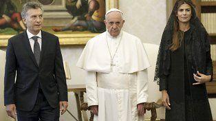 Gesto adusto. El Papa Francisco posa junto a Macri y su esposa.