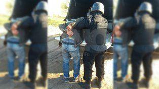 Una mujer y sus tres hijos fueron detenidos y les secuestraron tumberas